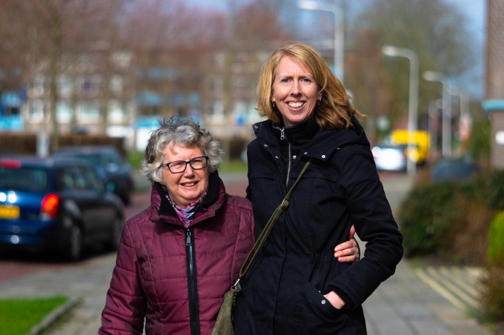 Johanna Dorenbos en Michelle in het portret van Drachten door fotograaf Jeffrey Wakanno